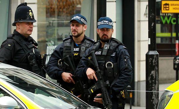 Aseistettuja poliiseja Lontoossa sunnuntaina.