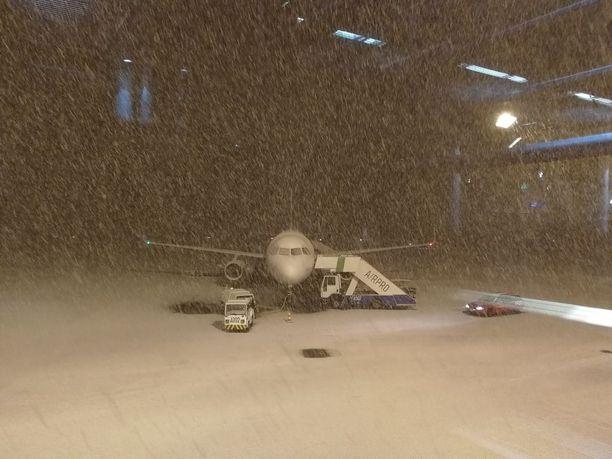 Kone laskeutui normaalisti Turkuun, mutta seisoo edelleen kentällä sakeassa lumisateessa.