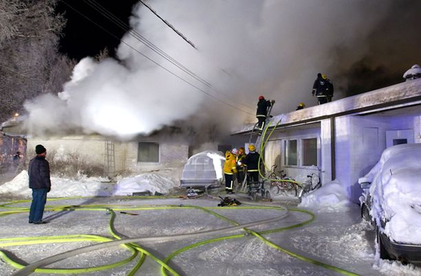 15 pelastuslaitoksen yksikköä saapui sammuttamaan voimakasta tulipaloa.