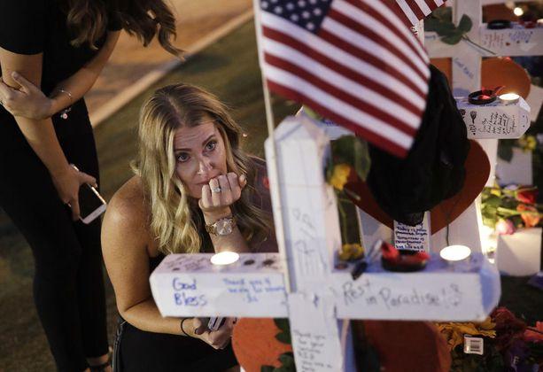 Yhdysvaltalaisnainen kävi uhrien muistopaikalla Las Vegasissa viime viikolla. Tragedian koskettamat eivät toistaiseksi ole saaneet vastausta kysymykseen miksi, ja tämä turhauttaa myös tutkinnasta vastaavaa sheriffiä.