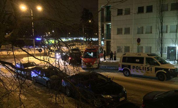 Paikalla oli illalla useita poliisiautoja ja ambulanssi.