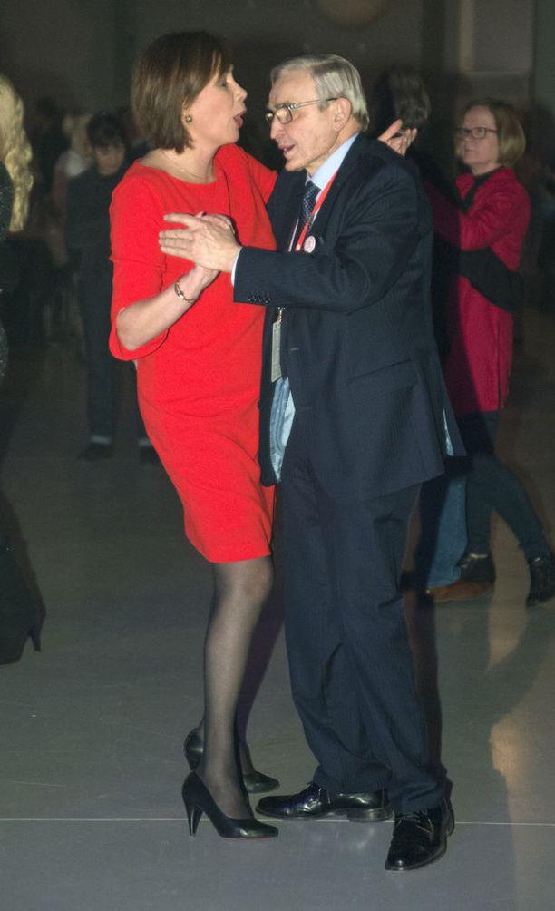 Myös SDP:n ex-puheenjohtaja Ulf Sundqvist kävi tanssimassa.