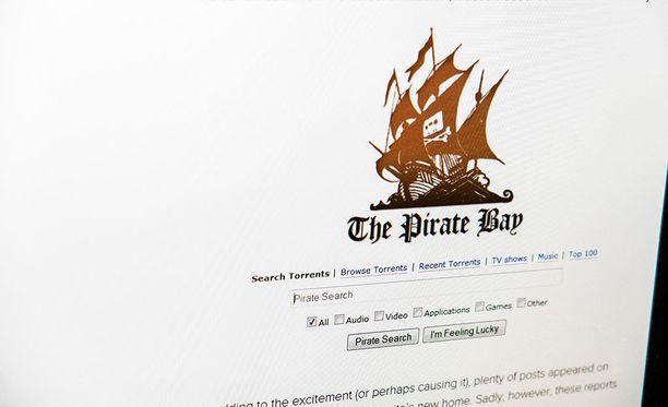 Esimerkiksi Pirate Bay on yksi tunnettu vertaisverkkosivusto, jonka kautta tekijänoikeudella suojattuja elokuvia jaetaan.