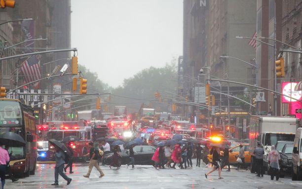 Paikalla oli onnettomuuden jälkeen lukuisia hälytysajoneuvoja.