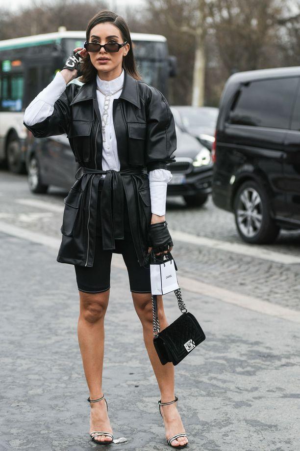 Pue pariksi kauluspaita ja pidempi takki! Camila Coelho yhdistää trikoot klassiseen ja huoliteltuun mustavalkoiseen tyyliin.