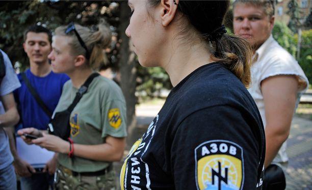 Azov-pataljoonan siviilijärjestö keräsi Mariupolissa lisää nimiä vapaaehtoisten listalle.