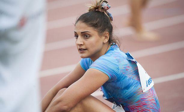 Nooralotta Neziri istahti pettyneenä Kuortaneen yleisurheilukentän mondolle 100 metrin aitakisan jälkeen.