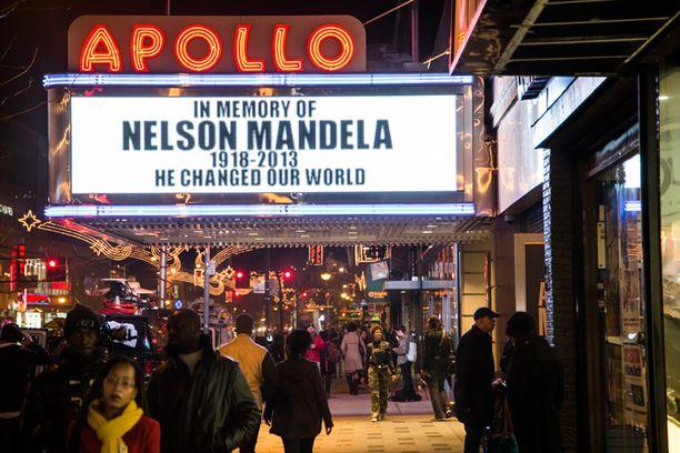 """New Yorkin Apollo teatteri kunnioitti suurmiestä muistotekstillä: """"Hän muutti maailmamme."""""""