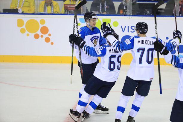 Kaapo Kakko (oik.) saa onnittelut Sakari Manniselta (65) ja Niko Mikkolalta 2–1-maalistaan.