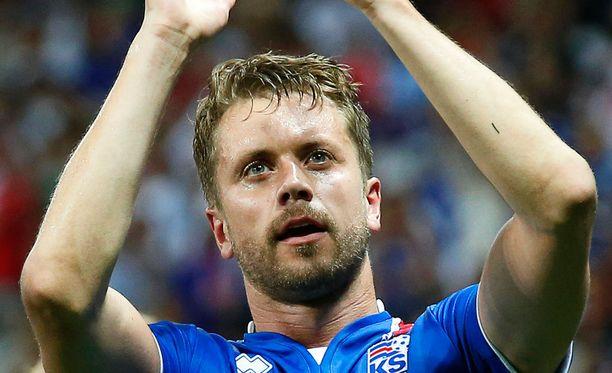 Kari Arnason huhkii EM-kisoissa Islannin puolustuksessa.