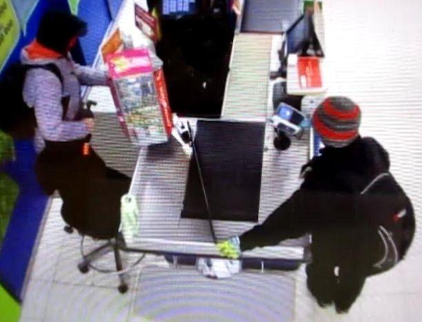 K-Market Pihlajalaakson ryöstäjät olivat varustautuneet lyömäaseilla ja yrittivät anastaa rahaa.