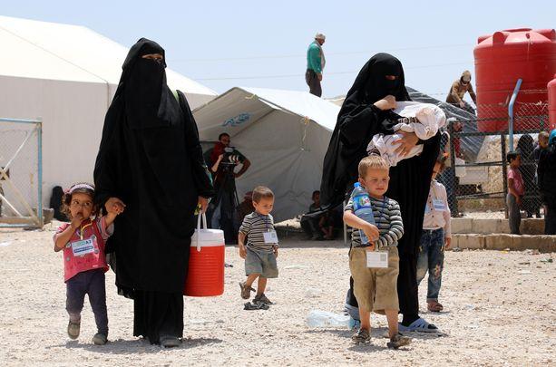 Isis-vaimot kävelevät lastensa kanssa al-Holin leirillä. Kuvituskuva.