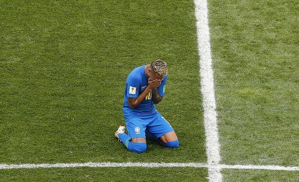 Neymar vajosi nurmen pintaan Costa Rica -voiton jälkeen.