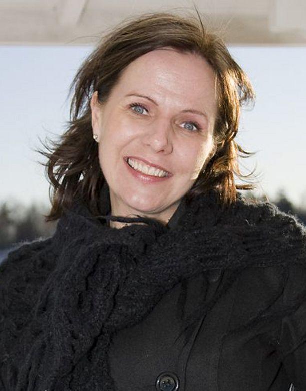Susan Ruusunen valittaa, etteivät miehet uskalla lähestyä häntä.