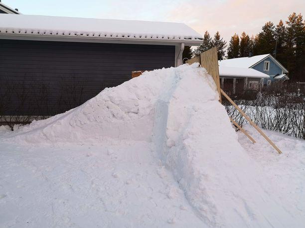 Lasse Räihä aloitti lumisaunan teon tammikuussa ja sai sen kuntoon muutamassa viikossa. Tältä kodin pihalla näytti vielä noin kuukausi sitten.