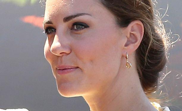 Herttuatar Catherinesta yläosattomissa napatut valokuvat jatkavat leviämistään.