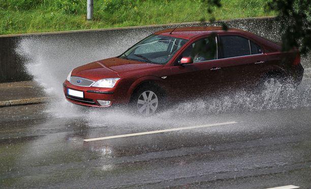 Vesiliirtoon joutumista voi välttää laskemalla nopeutta ja satsaamalla riittävän urasyvyyden omaaviin renkaisiin.