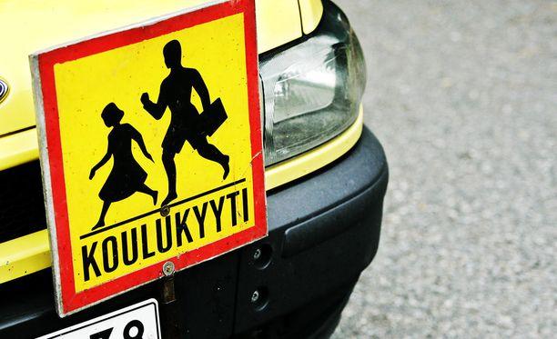 Onnettomuusauto oli taksiyrityksen pienoisbussi, joka oli koululaisajossa. Kuvituskuva, kuvan auto ei ole sama.