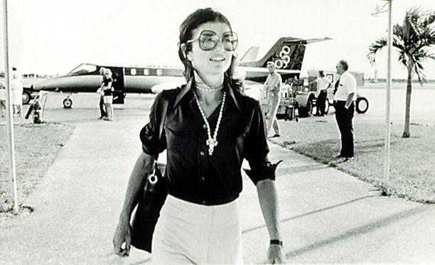 Jackie Kennedy kuvattuna samalla lentokentällä vuonna 1973.