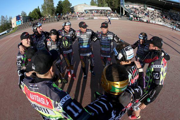 JymyJussit pelaa miesten Superpesiksessä.