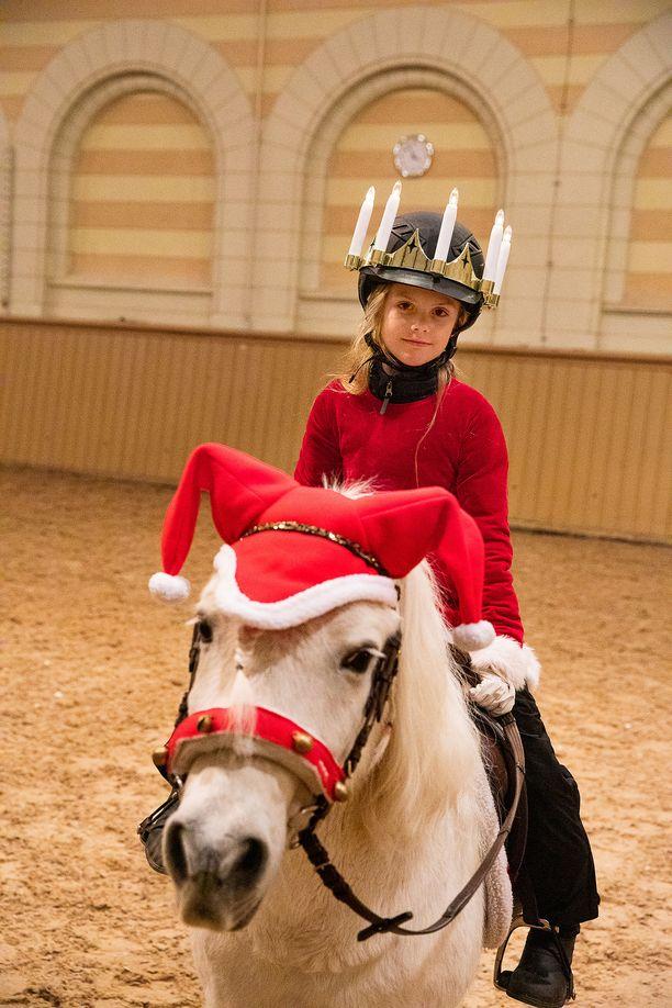 Prinsessa Estelle ratsasti Lucia-kruunu päässään.