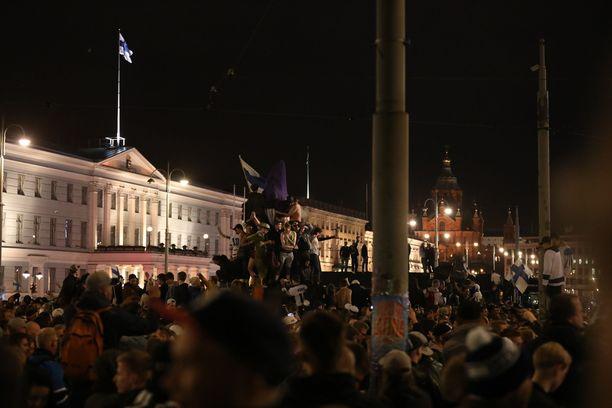 Poliisi joutui ottamaan muutamia juhlijoita kiinni Helsingissä häiriökäyttäytymisen takia.