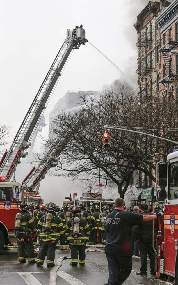 East Villagessa riehuvaa tulipaloa sammutetaan New Yorkissa.