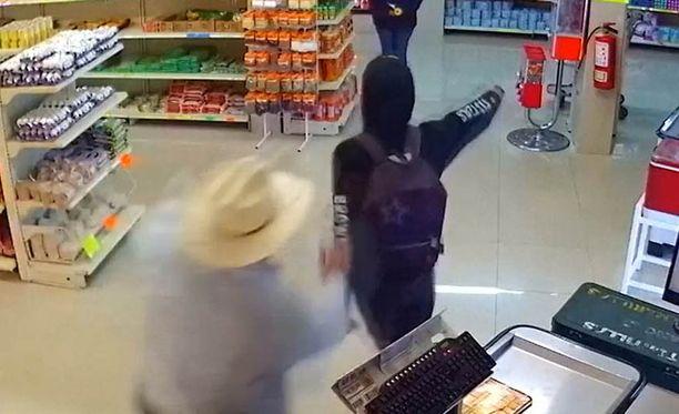Cowboy iski heti, kun ryöstäjä katsoi muualle.