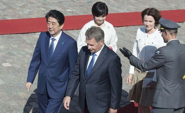 Japanin pääministeri Shinzō Abe ja hänen puolisonsa rouva Akie Abe saapuivat sunnuntaina Suomeen. Vierailua isännöi tasavallan presidentti Sauli Niinistö ja hänen puolisonsa Jenni Haukio.