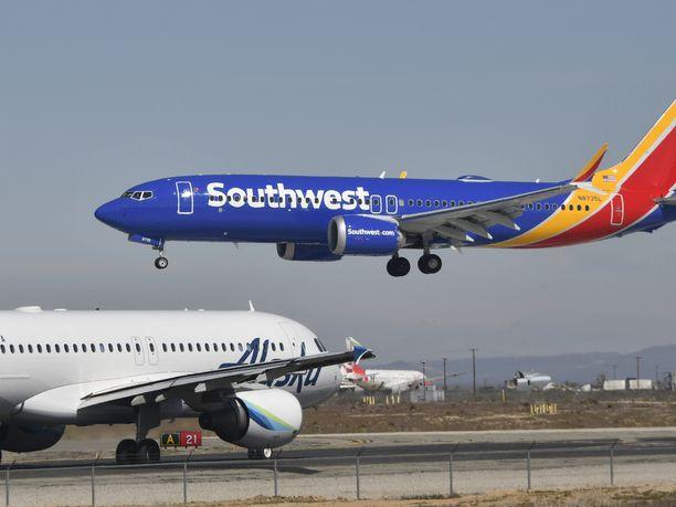 Yhdysvaltalaisen Southwest Airlinesin Boeing 737 Max 8 -kone joutui tekemään hätälaskun Floridan Orlandossa moottorivian vuokssi.