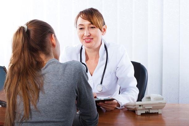 Naiset käyvät miehiä useammin lääkärissä, mutta sille on looginen selitys.