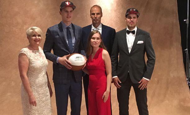 Lauri Markkasella oli NBA-draftissa tukena läheisiään.