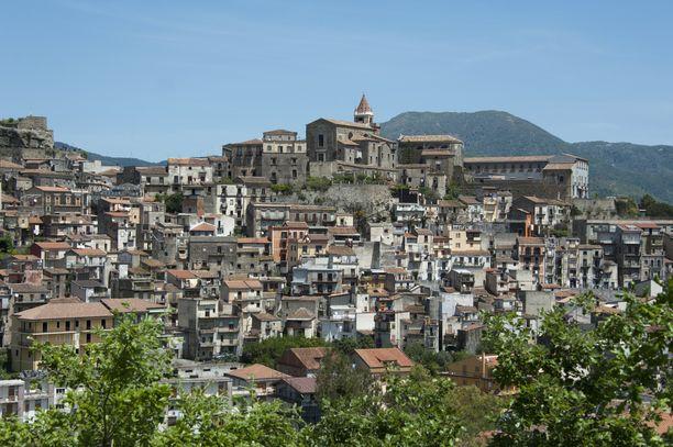 Castiglione di Sicilia sijaitsee Etnan pohjoisrinteellä ja sieltä on henkeäsalpaavat näkymät Alcantaran laaksoon.