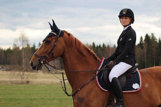 Vammautuminen pakotti Ellan luopumaan rakkaasta harrastuksestaan ja Lilli-hevosestaan.