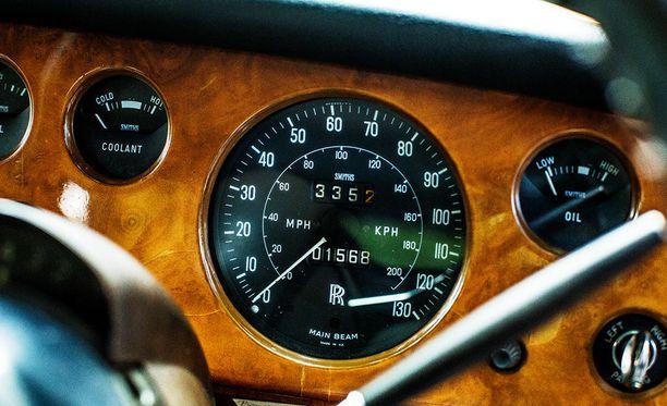 Automaattivaihteiston vipu löytyy ohjauspyörästä.