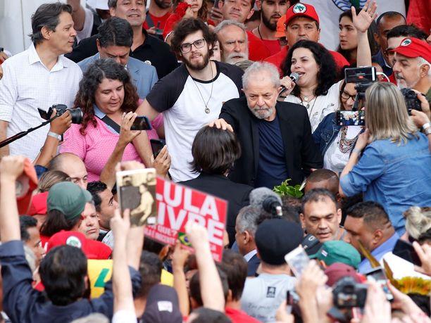 Brasilian entinen presidentti Luiz Inacio Lula da Silva joutui kannattajiensa ympäröimäksi pian vapautumisensa jälkeen.