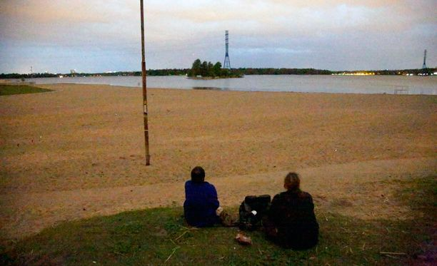 Hietaniemen uimaranta ammotti tyhjyyttään puolen yön aikaan, vain kaksi taivaanrantaan tuijottelijaa tavattiin nauttimasta kesäyöstä.