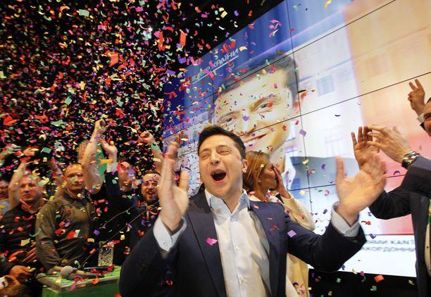 Zelenskii on pitänyt jo voitonpuheen ja juhlistanut voittoaan, vaikka virallinen tulos ei vielä ole selvillä.