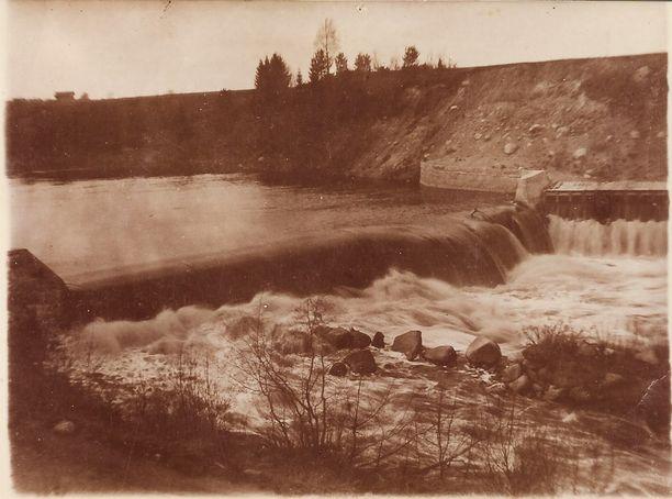 Jyllinkosken pato sijaitsee tänäkin päivänä noin 300 metrin päässä voimalaitosrakennuksesta. Kuva on otettu vuosien 1915-1920 välillä.