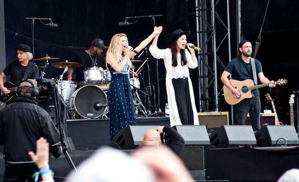 Joss Stone ja Jenni Vartiainen esittivät duettona kappaleen Suru on kunniavieras.