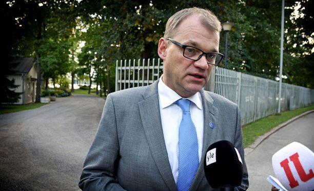 Pääministeri Juha Sipilä (kesk) saapui pitkäksi venyneen tapaamisen jälkeen Kesärannan portille esittelemään poikkeuksellista yhteislausumaa.