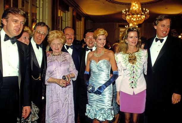Trumpin perhe koolla vuonna 1988. Veljekset Donald ja Robert ovat kuvan laidoilla, isä Fred Trump kuvassa keskellä.