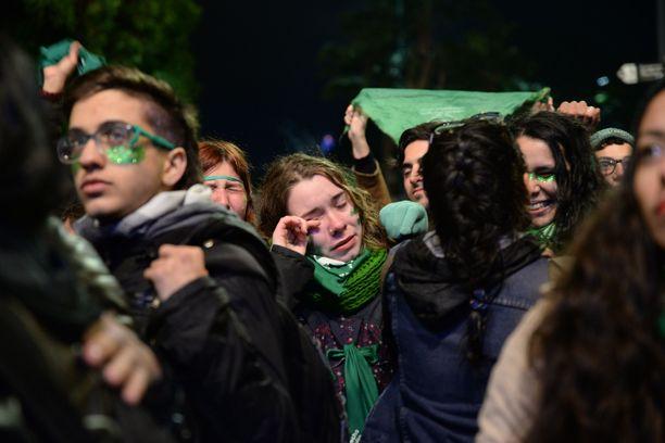 Vihreään tunnusväriin pukeutuneet aborttioikeuden puolustajat surevat Argentiinan senaatin hylkäämää aborttilakia äänestysiltana.