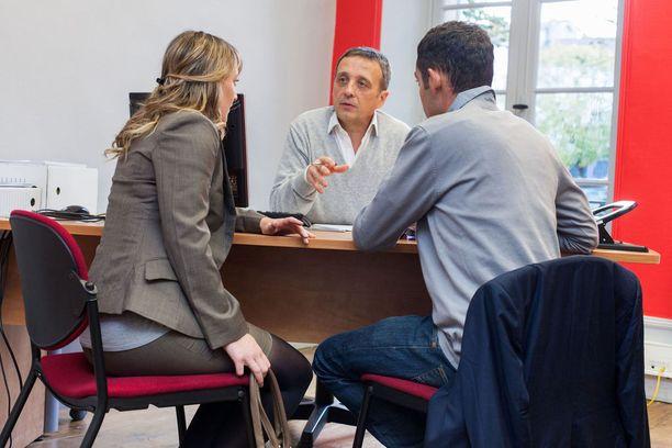 Ahmet ja Laura kävivät tuntien keskusteluja lakimiehen kanssa Ahmetin käännytyksen estämiseksi. Kuvituskuva