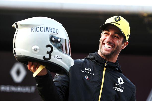 Daniel Ricciardo esitteli omaa retrokypäräänsä Shanghain varikolla.
