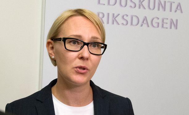Eduskunnan puhemies Maria Lohela kimpaantui vasemmistoliiton Paavo Arhinmäen lauleskeluun.