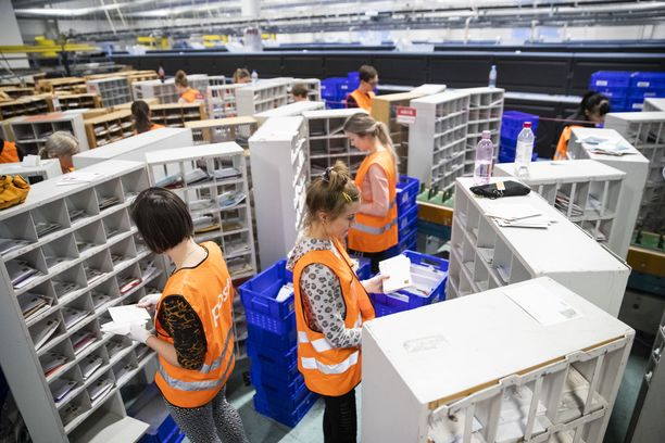Kela varoittaa, että maanantaina 11. marraskuuta uhkaava postilakko voi viivästyttää etuuksien maksamista. Postinjakajien näkökulmasta kyse on siitä, että he eivät tahdo nytkään tulla palkoillaan toimeen. Postin kannalta kyse on yrityksen kilpailukyvystä ja kannattavuudesta tilanteessa, jossa osoitteellisen postin määrä laskee tasaisesti.