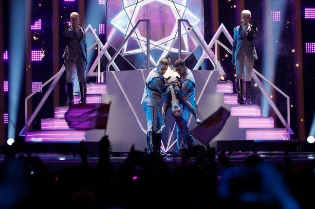 Saara Aalto lauloi pääalaspäin näyttävässä Monsters-esityksessä.