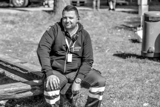 Hassan Zubier työskenteli ennen loukkaantumistaan ensihoitajana ja ambulanssinkuljettajana Tukholmassa. Kuva on otettu ennen loukkaantumista.