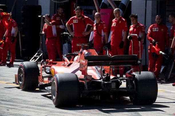 Sebastian Vettelin ja Ferrarin ovela juoni osui omaan nilkkaan.